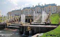 Petrodvorec kastélya és aranyló szökőkútjai