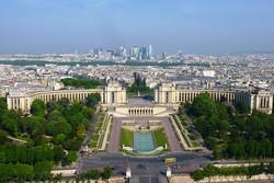 a Chaillot palota az Eiffel-toronyból, háttérben a Défense negyed