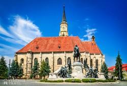 Kolozsvár: a Szent Mihály-templom a Mátyás szoborral