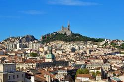 Marseille látképe a Notre-Dame de la Garde bazilikával