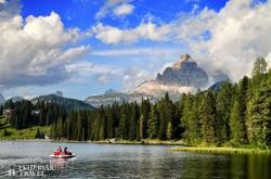 a Misurina-tó a Dolomitokban, háttérben a Tre Cime di Lavaredo ormai