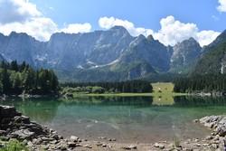 a kristálytiszta vízű Fusinei-tavak egyike, háttérben a Júlia-Alpok