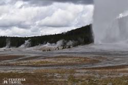 gejzírek a Yellowstone Nemzeti Parkban, jobbra az Old Faithful