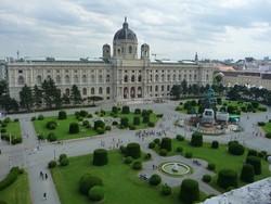a Szépművészeti Múzeum épülete Bécsben, előtérben a Mária Terézia tér
