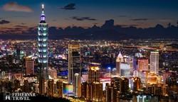 """Tajpej esti fényei, balra a """"Taipei 101"""" felhőkarcoló"""