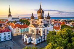 Tallinn: az Alexander Nevszkij ortodox székesegyház, háttérben a dóm