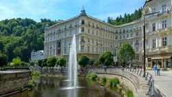 a híres Grandhotel Pupp épülete Karlovy Varyban - részlet