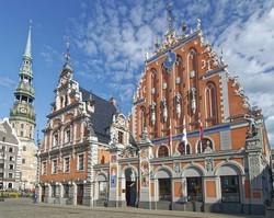 a Feketefejűek Háza Rigában, balra a Szt. Péter-templom tornya