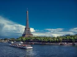 hajókirándulás a Szajnán, háttérben az Eiffel-torony