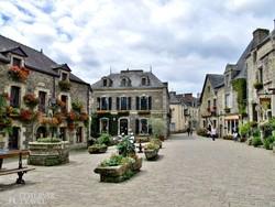 Rochefort-en-Terre virágokkal díszített főtere