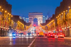 a Champs Elysées egy részlete, háttérben a Diadalív