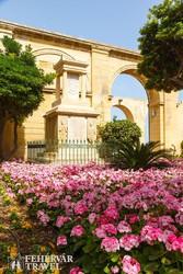 a színpompás Felső Barrakka kertek Vallettában