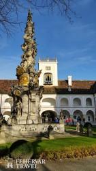 a szentháromság oszlop a Heiligenkreuzi apátság udvarán
