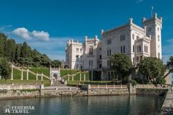 a romantikus fekvésű Miramare kastély