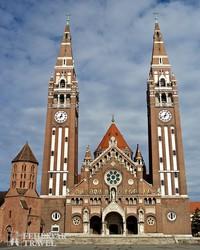 a szegedi dóm épülete, előtérben a középkori Dömötör-torony