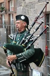 tradicionális skót dudás Edinburgh-ban