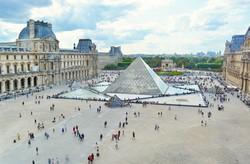 a Louvre, Párizs legnagyobb múzeuma, az üvegpiramissal