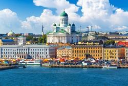 kikötői színpompa Helsinkiben (háttérben a székesegyház)