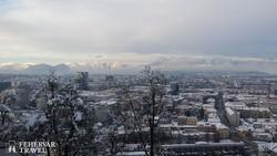 pillantás Ljubljanára a Várból, háttérben az Alpok láncai