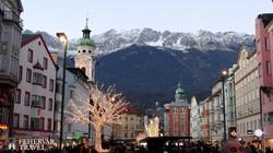 """Innsbruck – pillantás a Mária Terézia utcából Innsbruck """"házihegyére"""", a Hafelekarra"""