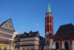 favázas házak és a Szent Miklós-templom Frankfurt régi városnegyedében