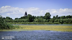 a Tisza-tó Poroszlónál, háttérben az Ökocentrum tornya