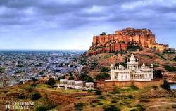 Jodhpur látképe, előtérben a Jaswant Thada mauzóleum