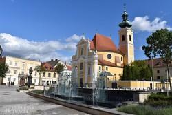 Győr – modern szökőkút a Karmelita templom előtt