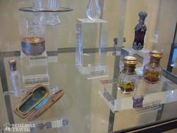 különleges parfümös üvegcsék a parfümgyárban Grasse-ban