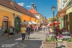 Eger fő sétálóutcája, a Széchenyi utca – részlet