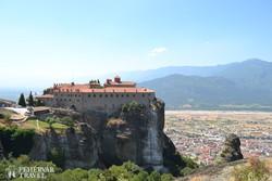 Meteorák: az Agios Stefanos kolostor, háttérben Kalambaka