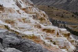 a törökországi Pamukkaléra emlékeztető meleg vizes mészkő-teraszok egyike