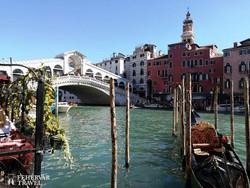 Velence, a paloták, csatornák, gondolák és hidak városa - háttérben a Rialto híd