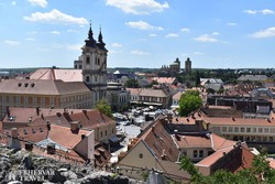 Eger – pillantás a Dobó térre a várból, háttérben a minorita templom és a Bazilika