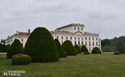 a fertődi kastély a park felől