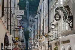 cégérek sora Salzburg óvárosában