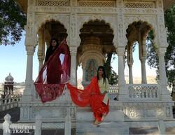bájos hölgyek Jodhpurban a Jaswant Thada mauzóleumnál