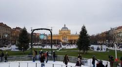 Zágráb: adventi hangulat a Művészeti Pavilon előtt