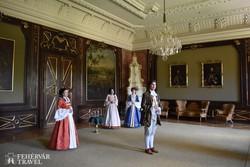 korabeli ruhába öltözött vezetők az Esterházy-kastélyban