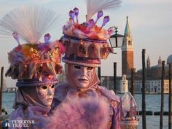 karneváli maskarás pár Velencében
