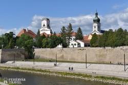 Győr - a püspökvár és a székesegyház a Rába felől
