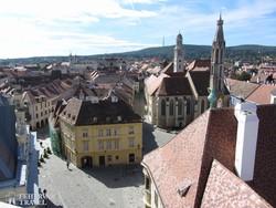 panoráma Sopron főterére a Tűztoronyból, háttérben a Soproni-hegység