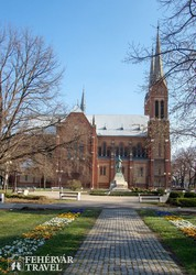 séta Békéscsaba központjában – a Kossuth tér és a katolikus templom