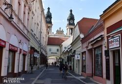 Pápa fő sétálóutcája, a Kossuth utca (részlet)