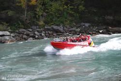 a Shotover Jet akár a 80km-es sebességet is eléri a Queenstown melletti folyó kanyonjában