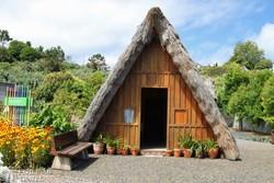 jellegzetes nádtetős ház Santanából