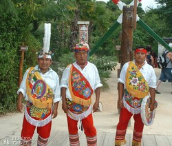 Xcaret – maya férfiak népviseletben