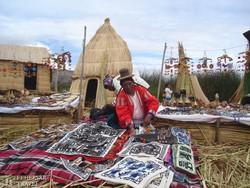 Titicaca-tó: árus az egyik úszó szigeten