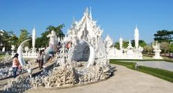 egy kortárs alkotás: a Rong Khun templom Chiang Raiban