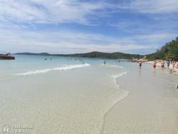 Samet-sziget fehér homokos partja
